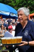 Betätiigte sich als Oberkelllner: Willi Greuel beim Familienfest in Urft. Foto: Reiner Züll