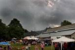 Am Nachmittag zogen rabenschwarze Wolken auf und entluden sich über dem Festgelände. Foto: Reiner Züll