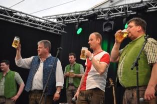 Zum Jubiläum der Schmalzler kamen viele prominente Gaste: Unser Bid zeigt Frontmann Max Fenzl (rechts) mit dem niederländischen Radio-Moderator Wijbrannd van der Sande (Mitte) und dem bayerischen Hias. Foto: Reiner Züll