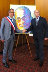 Pierre Combes (links), Bürgermeister von Nyons, konnte sich auch vorstellen, das Bild für seinen nächsten Wahlkampf zu nutzen. Der Mechernicher Künstler Tom Krey (rechts) freute sich, dass seine Bilder so gut ankamen Bild: Privat