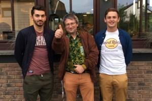 Der neue FSJler Fabian Lenzen (von links) mit Projektkoordinator Harry Kunz und dem früheren FSJler Manuel Schumacher. Bild: privat