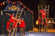 """Akrobatik mit Leitern im Stil der """"Panzerknacker"""" begeisterte das Publikum im Stadttheater Euskirchen. Bild: Tameer Gunnar Eden/Eifeler Presse Agentur/epa"""