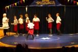 In der Mensa eher nicht erlaubt, auf der Bühne beklatscht: Tellerakrobatik beim Zirkusprojekt der Gesamtschule Euskirchen. Bild: Tameer Gunnar Eden/Eifeler Presse Agentur/epa