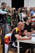 """In der Jury saß auch der zweifache Goldmedaillengewinner der """"World Police and Fire Games"""", Ingo Cremen (links) aus Obermaubach, der auch darauf achtete, dass Schlögel die Gewichte in die maximale Höhe drückte. Foto: Reiner Züll"""