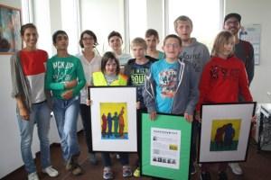 Die Lehrer Nils Balbach und Lisa Saliba besuchten jetzt mit ihrer Klasse das Schulamt des Kreises, wo die Bilder der Schüler ausgestellt werden. Foto: Wolfgang Andres/Kreisverwaltung