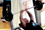 Enttäuscht hält sich Michael Schlögel nach misslungenem Weltrekordversuch an der abgelegten Hantelstange fest. Foto: Reiner Züll
