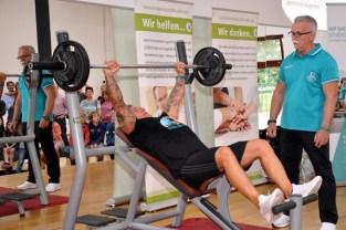 Nur knapp verpasste der Euskirchener Athlet Michael Schlögel das Überbieten seines eigenen Weltrekords im Schrägbankkdrücken zugunsten der Hilfsgruppe Eifel. Er bleibt dennoch weiterhin Weltrekordinhaber. Foto: Reiner Züll