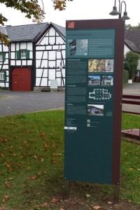 Eine neue Info-Stele ziert den Dorfplatz in OIlef. Bild: Kerstin Wielspütz
