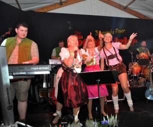 Drei Dirndl-Mädels aus dem Publikum enterten die Bühne. Foto: Reiner Züll