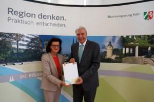 Bürgermeister Udo Meister nahm den Förderbescheid jetzt aus den Händen von Regierungspräsidentin Gisela Walsken entgegen. Bild: RP