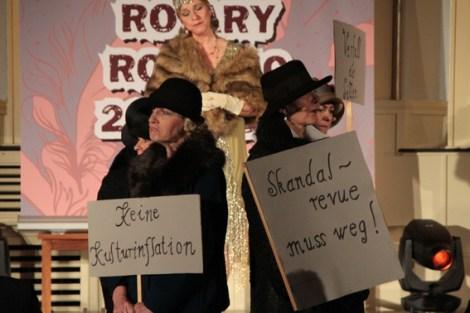 Diese Damen waren von der Liga gegen Unzucht, Unmoral und Unterhaltung. Alvarez war auch Initiatorin, Autorin und Regisseurin der schrägen Show.