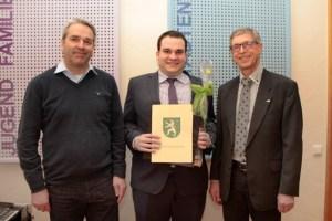 Der Geschäftsführer der ene-Unternehmensgruppe, Markus Böhm (links) und sein Personalleiter Erhard Poth (rechts) freuten sich über den Erfolg ihres Mitarbeiters Christoph Kutsch. Bild: Michael Thalken/Eifeler Presse Agentur/epa