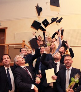 Nach sieben Semestern war es endlich geschafft: Die elf Studentinnen und Studenten der RFH erhielten ihre Diplomzeugnisse und durften standesgemäß jubeln. Bild: Michael Thalken/Eifeler Presse Agentur/epa