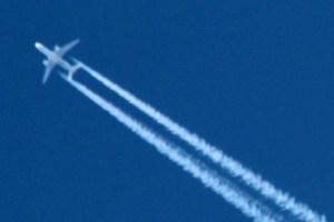 Im Kreis Euskirchen, wie hier am Himmel über Kall,  bleibt es bei den genehmigten Überflughöhen. Bild: Michael Thalken/Eifeler Presse Agentur/epa