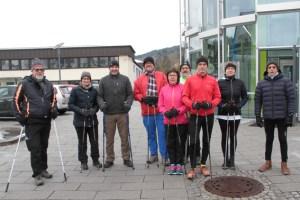 Markus und Simone Böhm (2. und 3.v.l.) schlossen sich der Walking-Gruppe an und absolvierten erfolgreich sieben kalte Kilometer. Bild: Michael Thalken/Eifeler Presse Agentur/epa