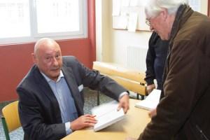 Zahlreiche Besucher nutzten die Gelegenheit, noch vor Ort ein Buch beim Geschichtsforum Schleiden zu erwerben und es von Franz Albert Heinen signieren zu lassen. Bild: Tameer Gunnar Eden/Eifeler Presse Agentur/epa