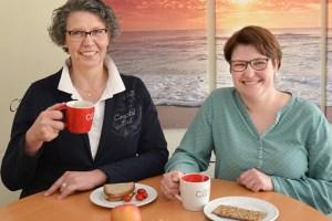 Elisabeth Nosbers (v.l.) und Jeannette Vogelsberg wollen über Pflegeberufe informieren. Foto: Arndt Krömer