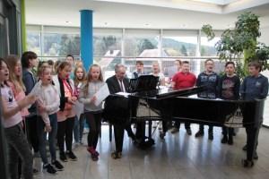 """Gemeinsam mit ihrem Lehrer Hans-Gert Knutzen sangen die Kinder der fünften Klasse: """"Unsere Schule hat keine Segel."""" Bild: Michael Thalken/Eifeler Presse Agentur/epa"""