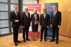 KSK-Vorstandsmitglied Holger Glück (2.v.l.) und BVMW-Verbandsbeauftragter Dr. Alois Kreins (2.v.r) begrüßten beim ersten Kompetenzforum Mittelstand die Referenten Thorsten Kramer (v.l.) (DekaBank), Claudia Brendt (NRW.Bank) und Frank Dickmann (dhpg). Bild: Michael Thalken/Eifeler Presse Agentur/epa