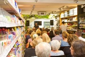 Wo sonst Supermarktartikel verkauft werden, drängten sich zwischen den Regalen über 50 Zuhörer, um Krimiautor Jürgen Schmidt zu lauschen. Bild: Tameer Gunnar Eden/Eifeler Presse Agentur/epa