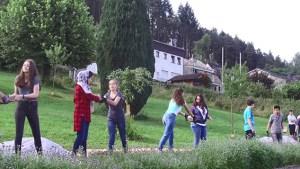Hand in Hand arbeiteten die Schülerinnen und Schüler der Städtischen Realschule Schleiden, um die angrenzende Streuobstwiese zu einem Schulgarten zu machen. Bild: Tameer Gunnar Eden/Eifeler Presse Agentur/epa
