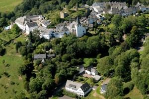 Die ehemalige Schule in Kronenburg (im Vordergrund) kann in Zukunft mit Fördermitteln des Landes saniert werden.  Bild: Gemeinde Dahlem