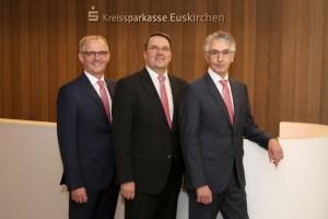FFreuten sich ein weiteres Mal über das gute Abschneiden der Kreissparkasse Euskirchen: Vorstandsmitglied Holger Glück (v.l.), Vorstandsvorsitzender Udo Becker und Vorstandsmitglied Hartmut Cremer. Archivbild: KSK