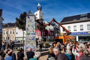 Vom Steiger aus setzte Peter Hermes dem Obelisken die vergoldete Krone in sechs Meter Höhe auf. Bild: Tameer Gunnar Eden/Eifeler Presse Agentur/epa