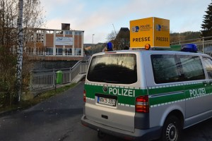 Wegen des großen öffentlichen Interesses hat die Polizei Euskirchen eine mobile Pressestelle an der Schule eingerichtet. Bild: Kreispolizei Euskirchen