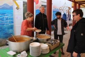 Erdmann Bierdel (rechts) im Gespräch mit Helfern im Camp PIKPA auf der Insel Lesbos. Foto: privat
