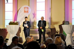 Die beiden Caritasvorstände Martin Jost (links) und Bernhard Becker dankten den Anwesenden für ihr Engagement- Bild: Peter Müller-Gewiss