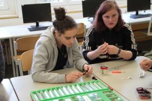 Patricia (links) und Larissa bauten in Windeseile einen funktionierenden Stromkreis. Bild: Michael Thalken/Eifeler Presse Agentur/epa