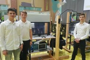 Joshua Gritzner (v.l.), Elias Günthner und Nico Prinz freuten sich über den ersten Preis im Bereich Technik. Bild: Nikolaus Weiler