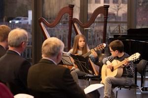 Jungen Talenten an der Gitarre konnte das Publikum mit Viktoria Weber und Jonas Walther in der Mottenburg zuhören. Bild: Tameer Gunnar Eden/Eifeler Presse Agentur/epa