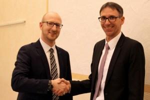 Bürgermeister Ingo Pfennings (links) gratuliert Erstem Beigeordneten Marcel Wolter (rechts) zur einstimmigen Wiederwahl. Bild: Kerstin Wielspütz/Stadt Schleiden