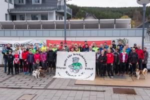 Zahlreiche Teilnehmerinnen und Teilnehmer machten sich beim Abschlusslauf der Wintertrainingsläufe in der Nordeifel wieder vom Hof der ene-Unternehmensgruppe auf den Weg. Bild: Roman Hövel/ene
