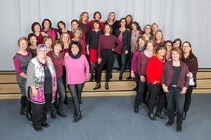"""Lady-Power hoch 32: Der Frauen-Popchor """"SoundAround"""" der Musikschule Euskirchen. Foto: Musikschule Euskirchen"""