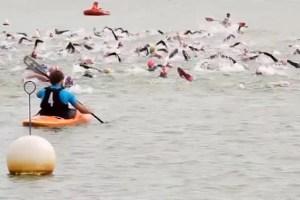 """Beim """"Swim Day"""" können die künftigen Eifel Heros schon mal Tuchfühlung mit dem Wasser nehmen und die Strecke ausprobieren. Archivbild: Michael Thalken/Eifeler Presse Agentur/epa"""
