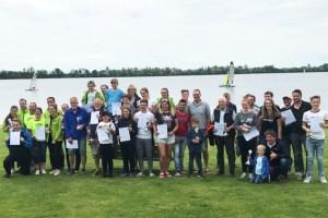Zahlreiche Pokale und Urkunden wurden am Sonntagnachmittag an die erfolgreichen Surfer verliehen. Schirmherrin Rita Witt von der KSK Euskirchen (hintere Reihe) freute sich über den großen Zuspruch, den die Sportveranstaltung auf dem Zülpicher See wieder gefunden hatte. Bild: Privat