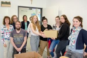 Die Schülerinnen übergaben ihre Sammlung der Caritas Schleiden. Bid: Arndt Krömer