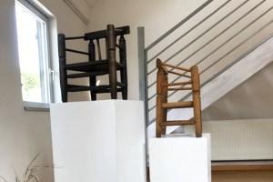 Zwei Original-Kinderstühlchen sollen in Bronze gegossen und auf Stelen gestellt werden.  Bild: Privat