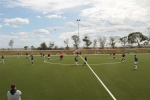Die Sportfreunde D-H-O verfügen ab sofort über einen perfekten Fußballplatz. Bild: Michael Thalken/Eifeler Presse Agentur/epa