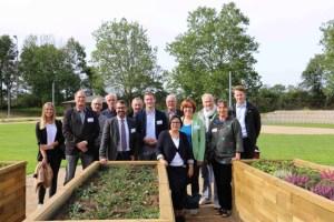Die beteiligten Akteure freuen sich über die Fortschritte der Baumaßnahmen im Mehrgenerationenpark in Vettweiß. Bild: LAG Zülpicher Börde