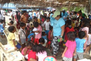 """Die """"Medical Mission"""" machte Halt bei einer Mangyan-Gruppe im Nordwesten Mindoros. Bild: P. Hubert Kranz"""