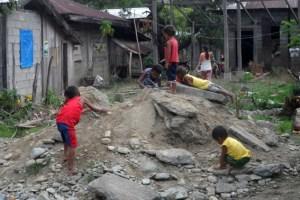 Vor allem für Kinder sind die Bedingungen auf den Philippinen oft grenzwertig. BIld: Neben Medikamenten wurden vor Ort auch Untersuchungen angeboten. Bild: P. Hubert Kranz