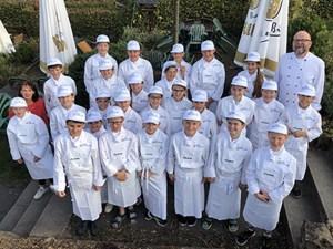 Der sechste Jahrgang der Europa-Miniköche Eifel mit Thomas Herrig (hinten rechts) und Ernährungsfachkraft Pia Lehnen (links). Foto: Eifel Tourismus