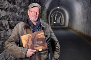 Der bekannte Autor, Musiker und Kabarettist Achim Konejung hat sich auf eine Resie durch die Eifeler Unterwelten begeben. Bild: S. Nieder