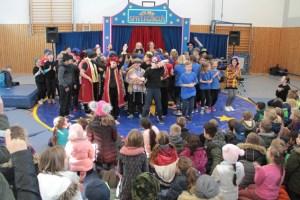 Beim großen Finale sangen alle gemeinsam mit dem Publikum das Zirkuslied. Bild: Michael Thalken/Eifeler Presse Agentur/epa