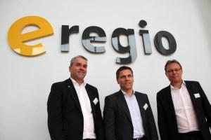Stellten das neue Logo und die zukünftige Marschrichtung vor: Die neuen e-regio-Geschäftsführer Markus Böhm (v.l.), Stefan Dott und Christian Metze. Bild: Michael Thalken/Eifeler Presse Agentur/epa