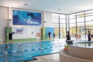 Gut bewacht von mehreren Rettungsschwimmern der DLRG-Ortsgruppe Mechernich zogen die Schüler beim Sponsorenschwimmen ihre Bahnen. Bild: Tameer Gunnar Eden/Eifeler Presse Agentur/epa